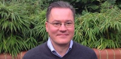 Dr Ian  James